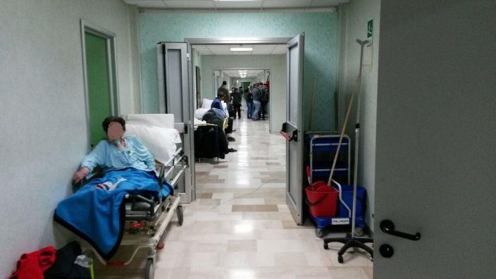 Barelle nel corridoio dell'ospedale Moscati
