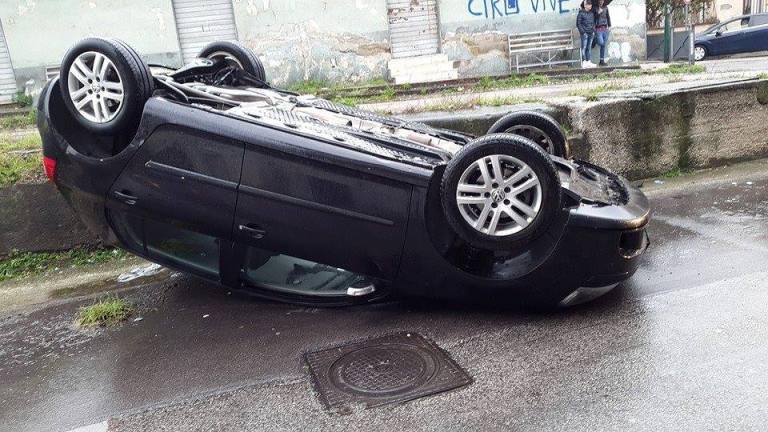Auto si ribalta dal ponte, 4 feriti