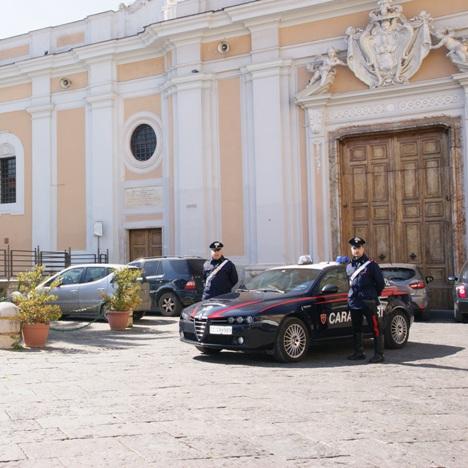 Carabinieri davanti al Duomo di Santa Maria Capua Vetere