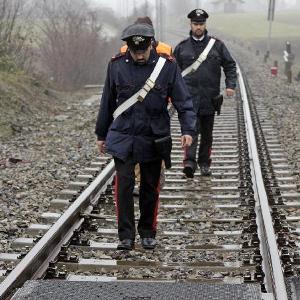 carabinieri binari treno