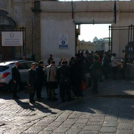 Aversa – Avvocati protestano all'ingresso del tribunale