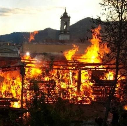 Prato, incendio falegnameria