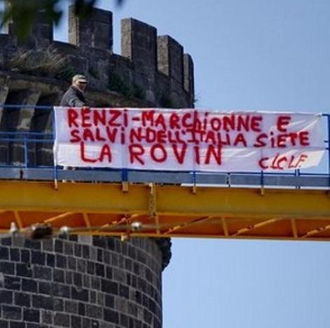 Fiat, operai protestano su gru a Napoli