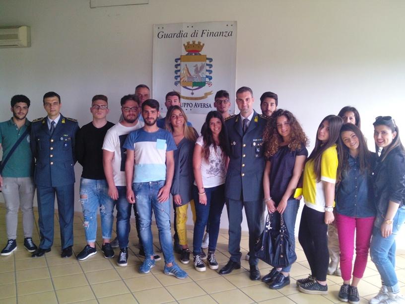 """Gli studenti del """"Mattei"""" in visita alla Caserma della Guardia di Finanza"""