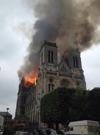 Nantes – incendio basilica2