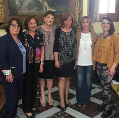 Elena Nugnes al centro con a fianco Giovana Ragusa