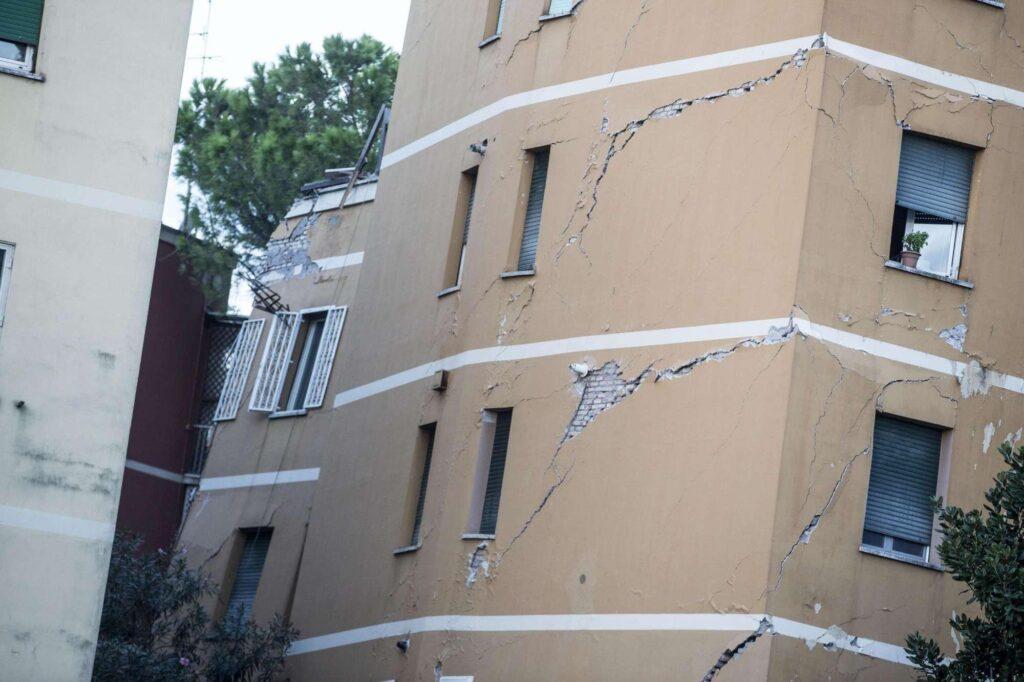 crolla palazzina a roma
