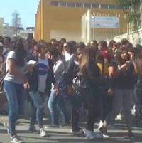 studenti in uscita dal liceo jommelli