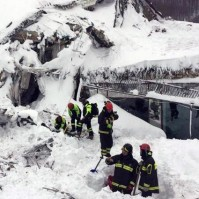 epa05731723 A handout photo made available by the Italian Fire Department shows rescuers searching for victims at the scene of the hotel Rigopiano in the town of Farindola, overwhelmed the previous night by a snow avalanche after three earthquakes hit, in Abruzzo region, Italy, 19 January 2017. According to an Italian mountain rescue team, several people have been killed in the avalanche that hit the hotel near the Gran Sasso mountain.  EPA/ITALIAN FIRE DEPARTMENT HANDOUT  HANDOUT EDITORIAL USE ONLY/NO SALES