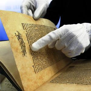 Vendeva su internet libri antichi rubati denunciato un for Libri internet