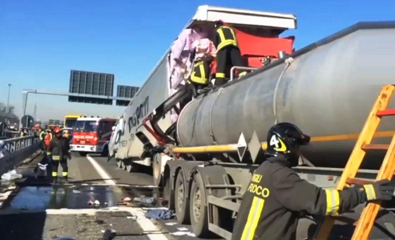 Elicottero Bologna Oggi : Rho incidente su a autocisterna perde acido solforico