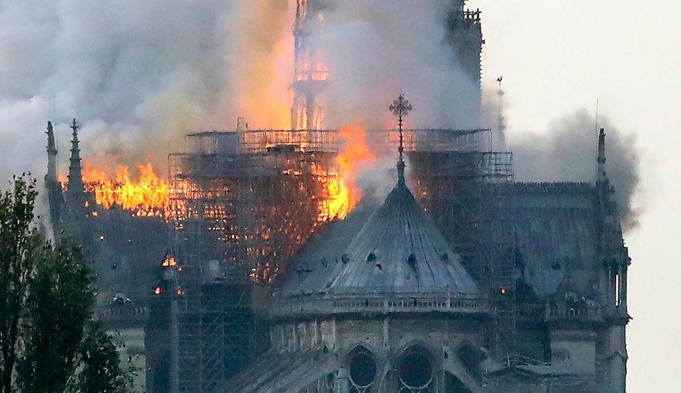 Parigi, incendio la cattedrale di Notre-Dame