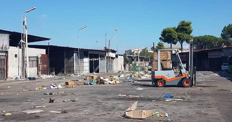 aversa mercato ortofrutt rifiuti (11)