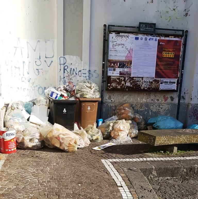 rifiuti piazza municipio, aversa