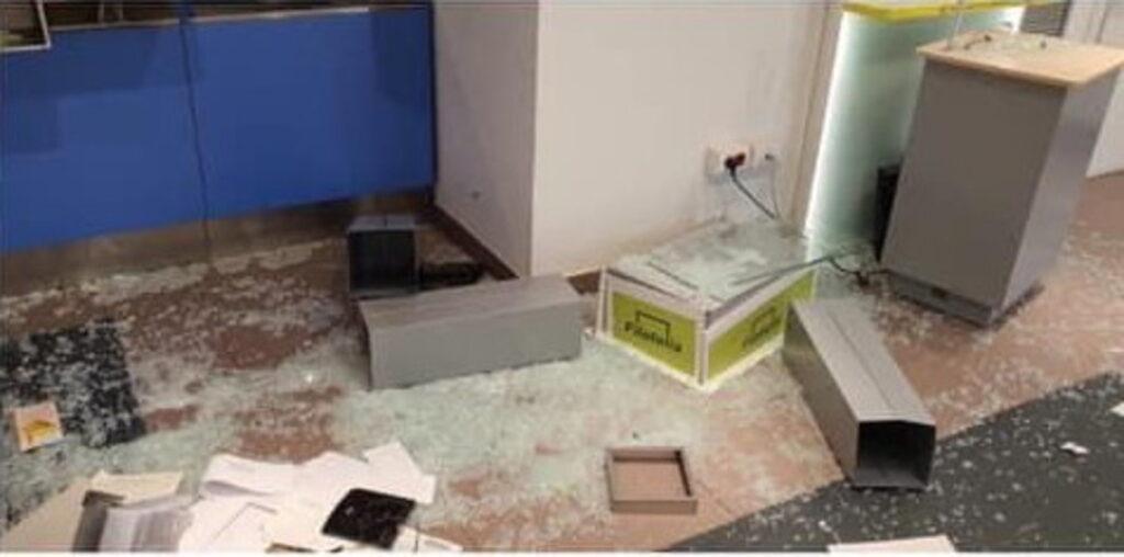 reddito cittadinanza distrugge ufficio postale (5)