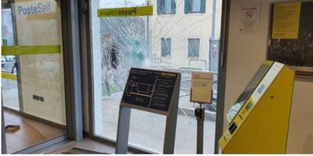 reddito cittadinanza distrugge ufficio postale (8)