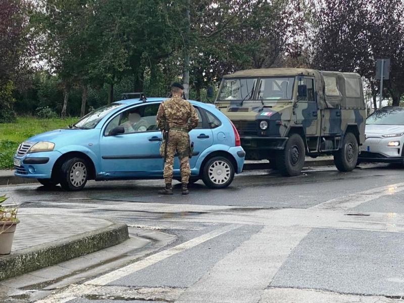 militare durante le fasi di identificazione presso uno dei varchi