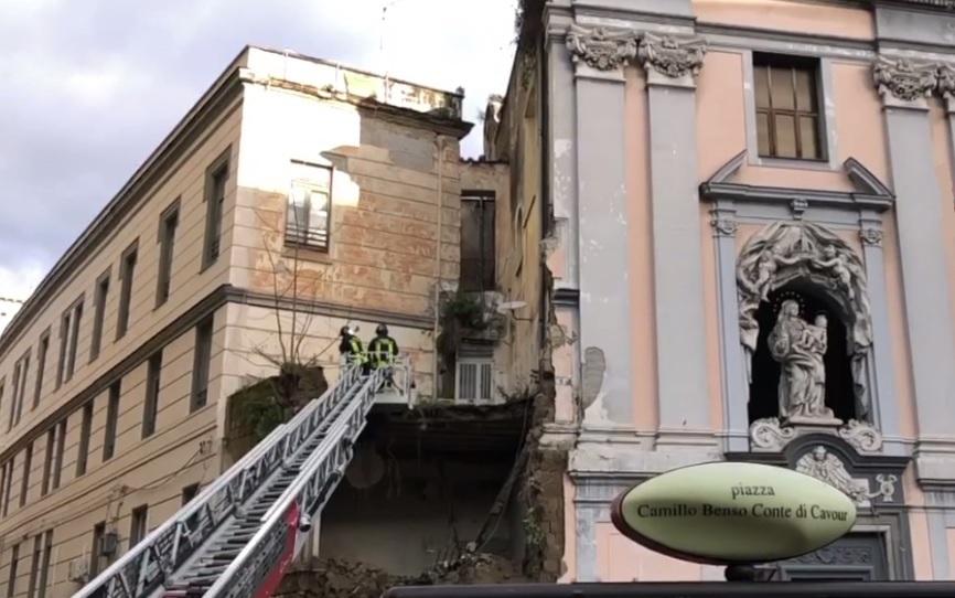 crollo chiesa napoli