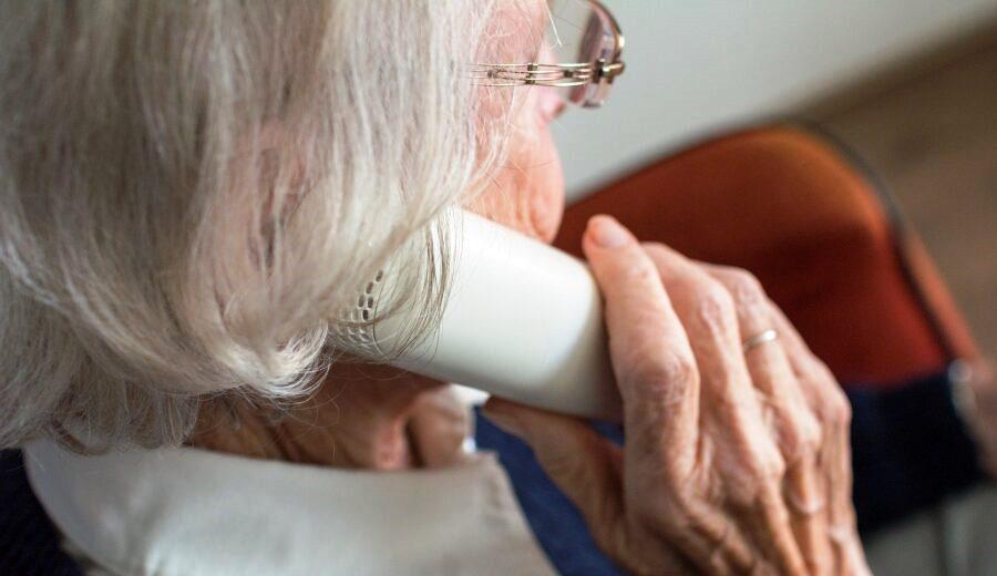 anziana telefono truffa