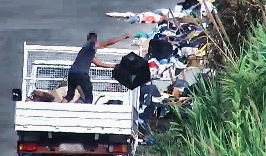 autocarro sversamento rifiuti camion