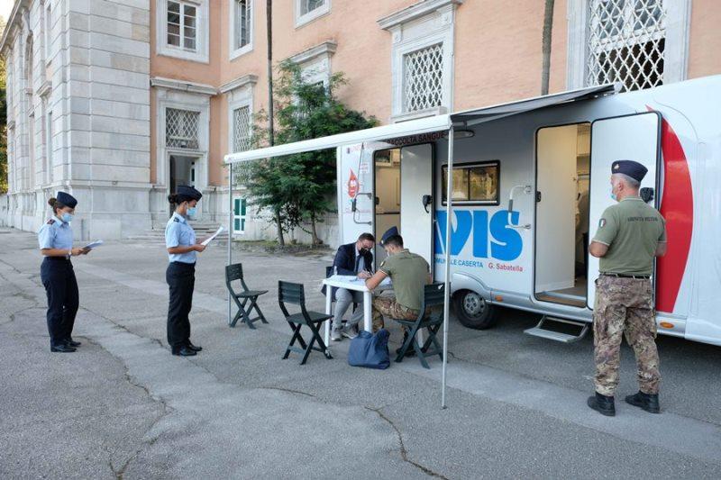 Frequentatori e militari del quadro permanente in attesa di donare il sangue