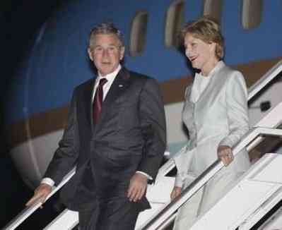 George W. Bush e Laura scendono dall'Air Force One