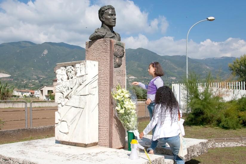 Simona Depone Fascio Fiori Pace A Monumento Dacquisto