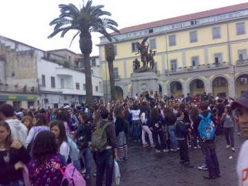 Studenti radunati in Piazza Municipio
