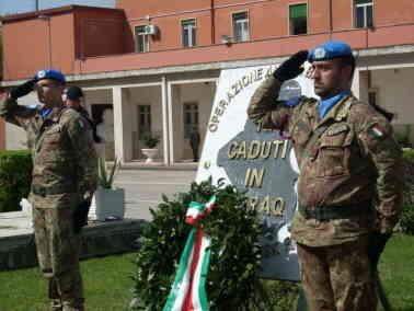Esercito Corona Alloro Sul Monumento Caduti In Iraq