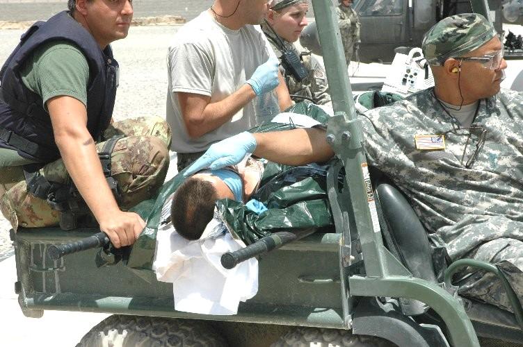 Esercito Bersagliere Ferito Viene Imbarcato Su Elicottero Per Ricovero Ospedale