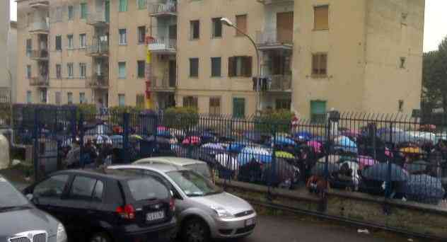 Studenti in protesta fuori il liceo scientifico Cortese