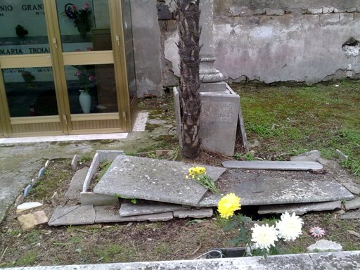 Cimitero 12
