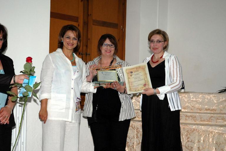 2 Classificata Sez. Lingua. La Prof.ssa Clelia Verde E La Dott.ssa Enrica Cristiano Consegnano Il Premio A Mariella Larenza