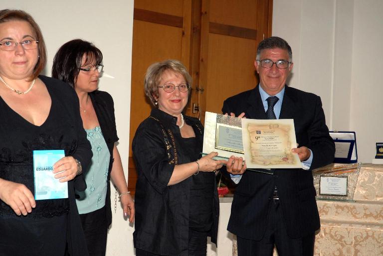 2 Classificata Sez. Vernacolo. Il Presidente Della Pro Loco Renato Del Vecchio Consegna Il Premio Alla Leccese Marcella Montagna