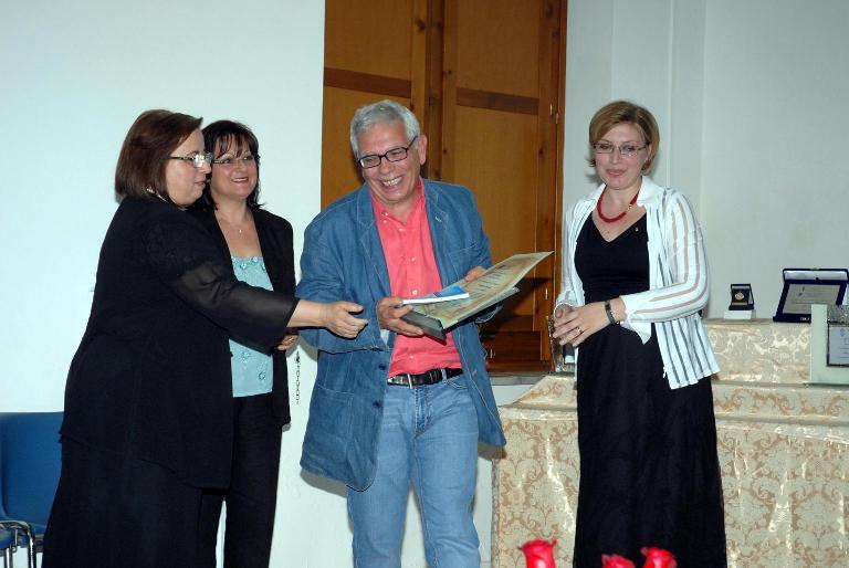 3 Classificato Sez. Vernacolo. La Prof.ssa Clelia Verde Angela Mare E Rosita Cecere Consegnano Il Premio Al Delegato Di Vincenzo Cerasuolo