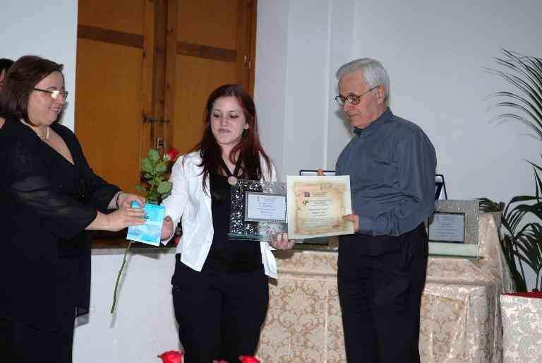 P. Pasquale Simone Ed Angela Mare Consegnano Il Premio Giovani A Rosaria Lucci